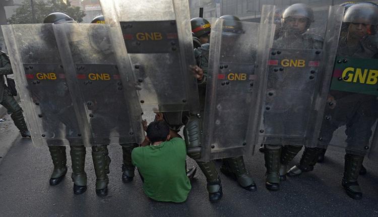 La guardia nazionale bolivariana durante un maanifestazione AFP PHOTO / LEO RAMIREZ (via flickr)